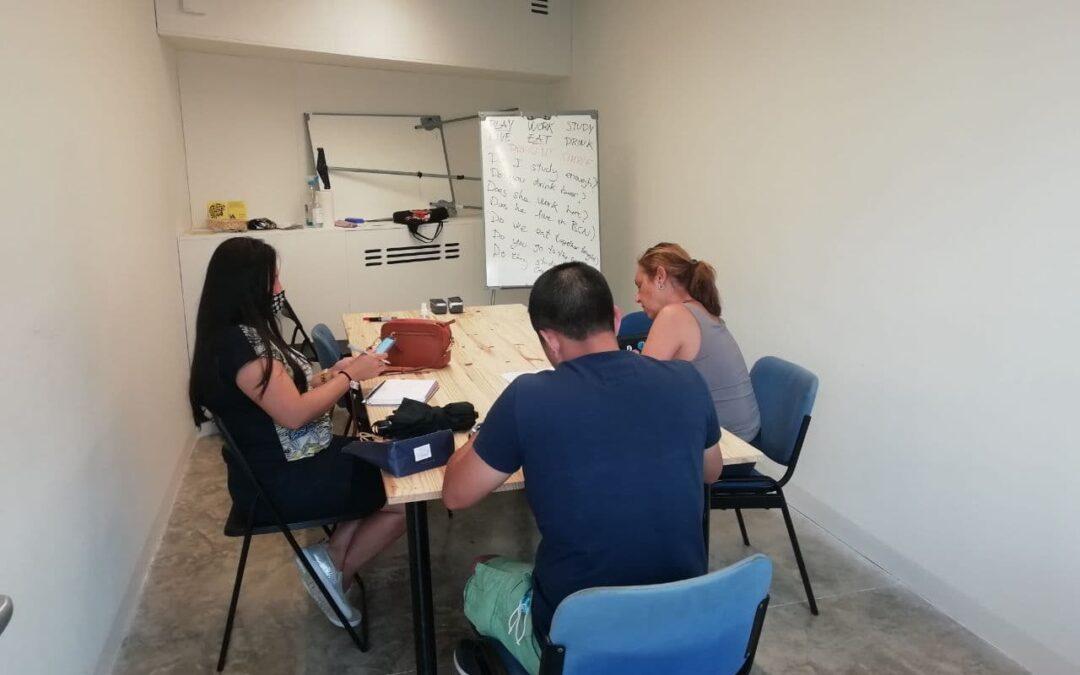 Engeguem classes d'anglès i català amb el GHAS i l'Escoleta!