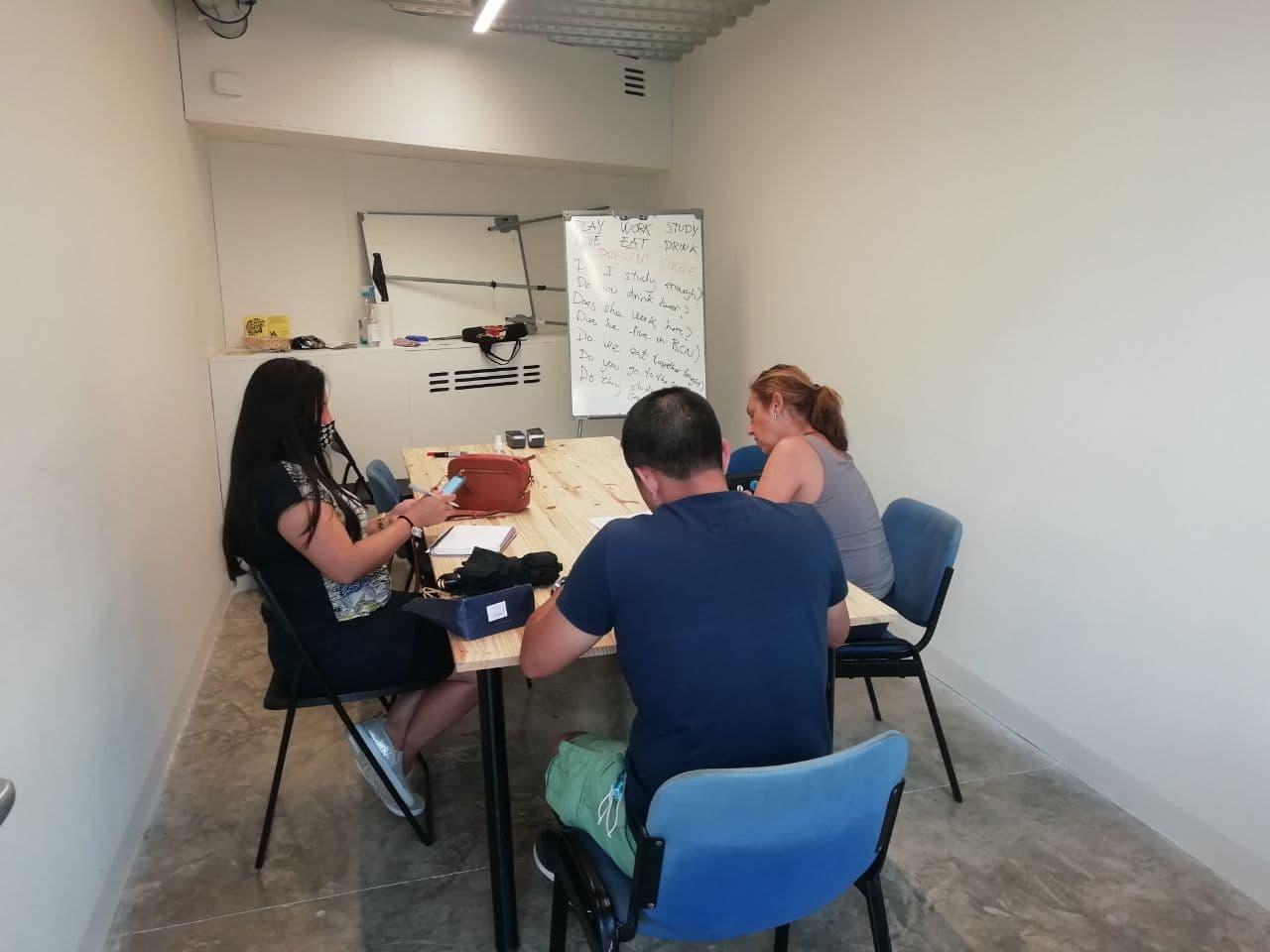 Classes d'anglès amb el Grup d'Habitatge de Sants a La Comunal de Sants